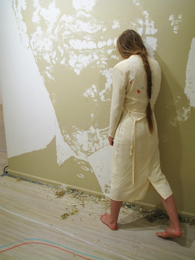 Up against the wall. Installation / Stillhetsarbete av Helena k
